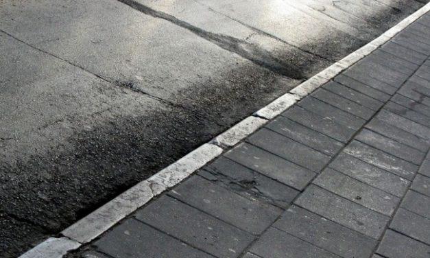 В самом центре Костромы крошатся тротуары